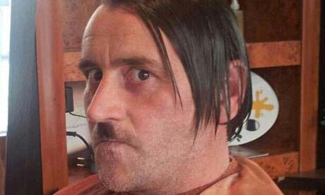 Lutz Bachmann sous les traits d'Adolf Hitler.