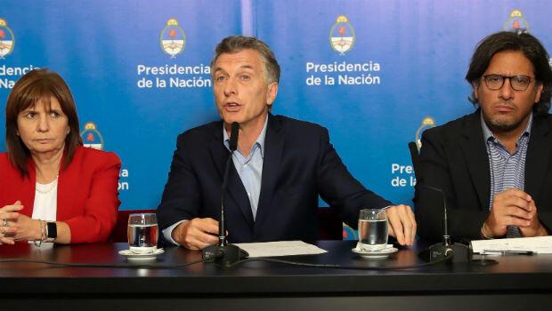 El presidente Mauricio Macri (c), la ministra de Seguridad, Patricia Bullrich (i), y el ministro de Justicia, Germán Garavano (d), en una rueda de prensa el 26 de noviembre de 2018, en Buenos Aires, Argentina.