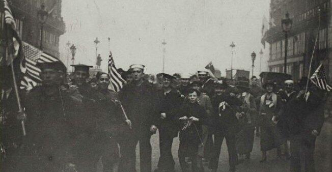 شارع الأوبرا في باريس، جنود أمريكيون يحتفلون بنهاية الحرب العالمية الأولى مع الباريسيين