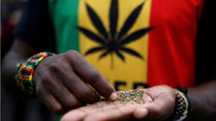 Un hombre ordena una dosis de marihuana, conocida localmente como dagga, durante una marcha que pide la legalización del cannabis en Ciudad del Cabo, Sudáfrica , el 6 de mayo de 2017.