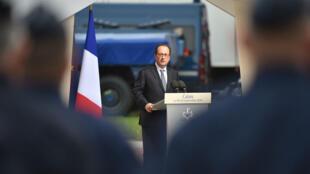 François Hollande devant les gendarmes à Calais le 26 septembre 2016.