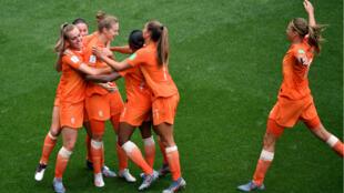 Miedema célèbre son 2e but face au Cameroun, qui scelle la victoire des Pays-Bas et leur qualification en 8es du Mondial-2019.