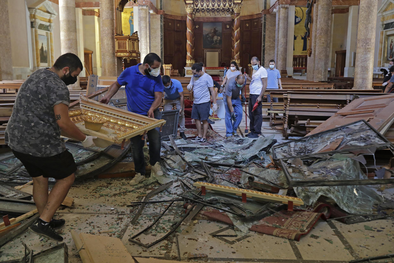 دمار داخل كنيسة ما جرجس المارونية في بيروت.