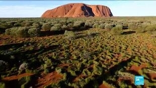 2019-10-25 14:19 Tourists flock to climb Australia's Uluru rock before ban comes into effect