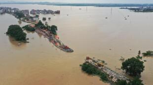 Unos trabajadores reparan una represa desbordada por las inundaciones en Jiujiang, en la provincia china de Jiangxi, el 13 de julio de 2020