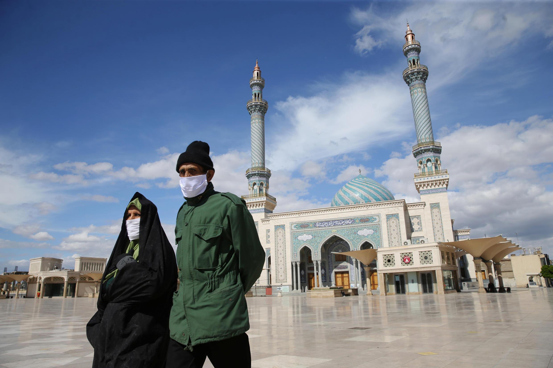 زوجان يرتديان أقنعة طبية واقية، بعد تفشي فيروس كورونا بإيران، 24 مارس/ آذار 2020.