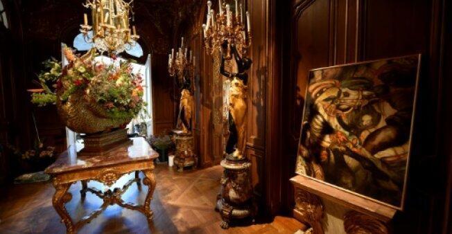 """لوحات من بين أثاث فندق """"ريتز"""" المعروض للمزاد العلني في باريس 17 أبريل 2018"""