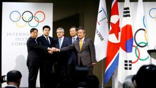 El presidente del Comité Olímpico Internacional (COI), Thomas Bach, posa con el Comité Olímpico Nacional (CON) de la República de Corea (RC) y el CON de la República Popular Democrática de Corea (RPDC), en el Museo Olímpico de Lausana, Suiza.