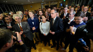 Des partisans de la CDU à Wiesbaden devant les premiers résultats des élections, le 28 octobre 2018.
