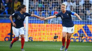 Amel Marji et Amandine Henry, lors du match contre le Nigeria, le 17 juin à Rennes.