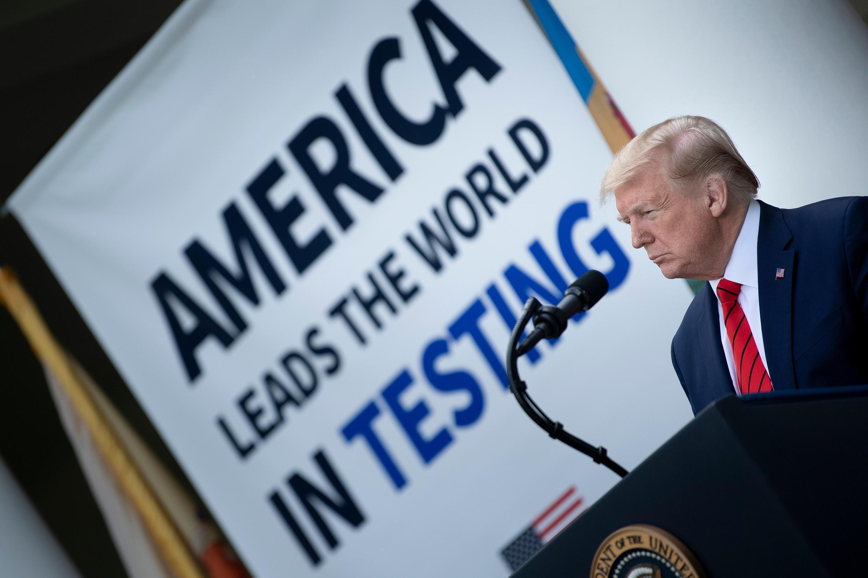 الرئيس الأمريكي دونالد ترامب خلال مؤتمر صحافي حول وباء كوفيد-19 في حديقة البيت الأبيض، واشنطن العاصمة، 11 أيار/مايو 2020
