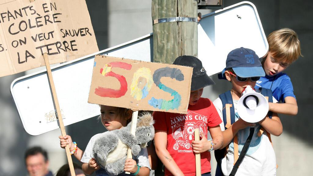 Los niños asisten a una protesta que insta a las autoridades a tomar medidas de emergencia contra el cambio climático, en París, Francia, el 21 de septiembre de 2019.
