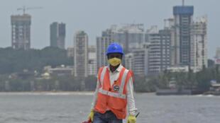 صورة التقطت بتاريخ 21 تموز/يوليو 2020 تظهر عاملا قرب موقع بناء في مومباي