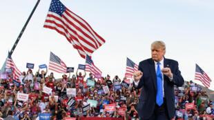 الرئيس الأميركي دونالد ترامب يتفاعل مع أنصاره خلال تجمع انتخابي في كارسلون سيتي في ولاية نيفادا في 19 تشرين الأول/أكتوبر 2020