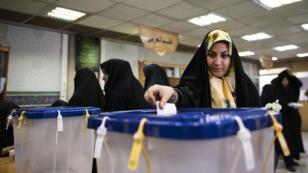 L'ouverture des bureaux de vote a été prolongée pour permettre à un maximum d'Iraniens de voter pour élire leurs députés et les membres de l'Assemblée des experts, vendredi 26 février.
