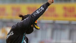 El piloto británico de Mercedes Lewis Hamilton festeja en el podio con el puño en alto contra el racismo su victoria en el Gran Premio de Austria de Fórmula 1, el 12 de julio de 2020 en Spielberg