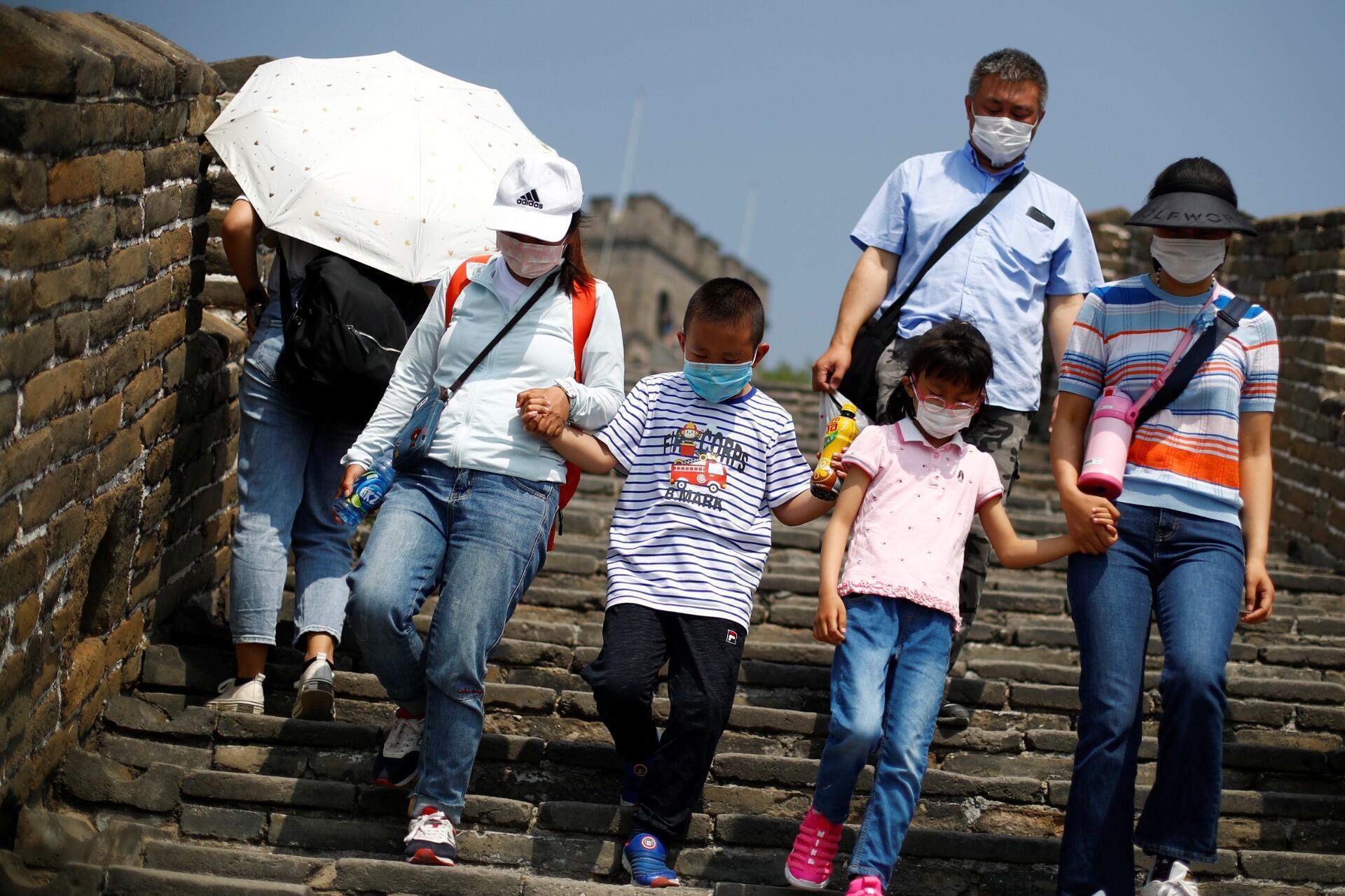 Turistas visitan la sección Mutianyu de la Gran Muralla China el primer día de las vacaciones tras el Día del Trabajo después de superar el brote de coronavirus. A las afueras de Beijing, China, 1 de mayo de 2020.
