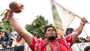 Un Amérindien de la communauté Kali'n manifeste, le 4 avril, à Kourou.