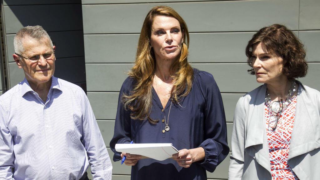 Miguel Kuczinsky (izquierda), hermano del expresidente Pedro Pablo Kuczinsky, Alexandra (centro) y Carolina Kuczynski (derecha) hijas del exmandatario, durante una conferencia de prensa frente a su casa en Lima (Perú), el 21 de abril de 2019.