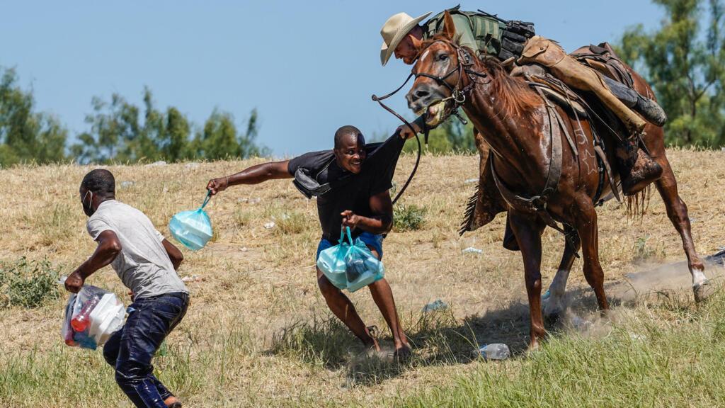 Regarder la vidéo Critiquée, la police aux frontières américaine suspend son utilisation d'agents à cheval au Texas