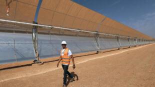 Un demi million de panneaux solaires disposés sur 800 lignes formeront le parc solaire Noor.