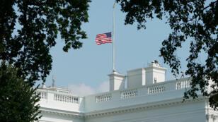 Le drapeau de la Maison Blanche en berne lundi 27 août à Washington.