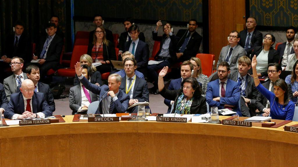 El embajador de Rusia en las Naciones Unidas, Vasily Nebenzya, observa a los miembros del Consejo de Seguridad de las Naciones Unidas votar en contra de una resolución rusa que condena la 'agresión' contra Siria por parte de Estados Unidos y sus aliados. Nueva York, Estados Unidos, 14 de abril de 2018.