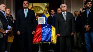 Le cercueil de Fernando Alban entouré par des membres de l'Assemblée nationale vénézuélienne, le 9 octobre 2018 à Caracas.