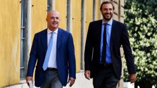 """Les journalistes italiens Gianluigi Nuzzi et Emiliano Fittipaldi à la sortie du tribunal après leur acquittement dans l'affaire """"Vatican II"""", le 7 juillet 2016."""