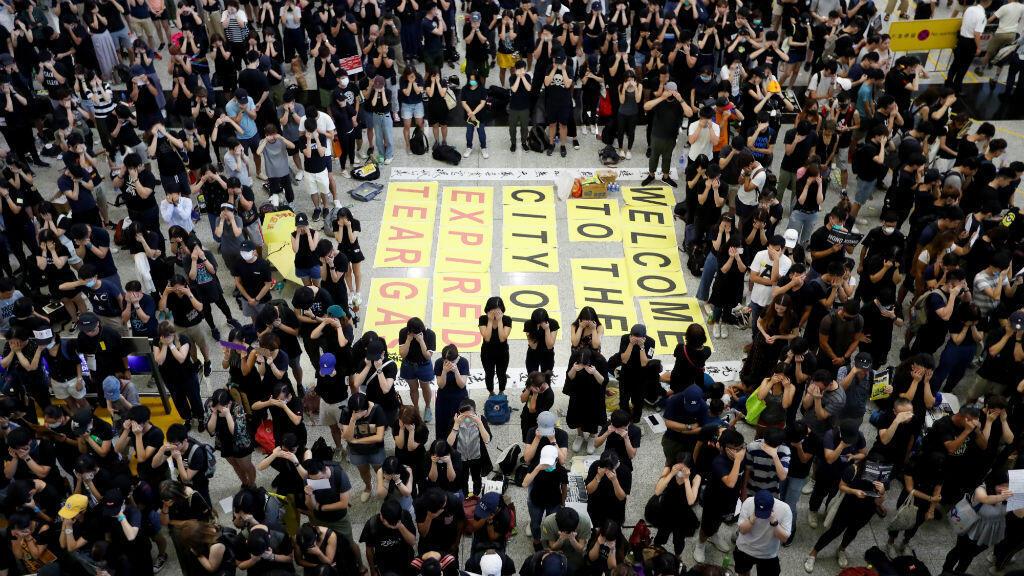 Los manifestantes contra la ley de extradición se cubren los ojos durante una protesta en la sala de llegadas del aeropuerto de Hong Kong , China, 10 de agosto de 2019.