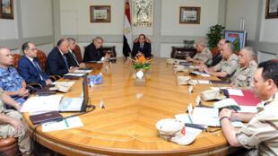 Le président égyptien, Abdel Fattah al-Sissi, lors de la réunion d'urgence du Conseil de défense nationale vendredi soir.