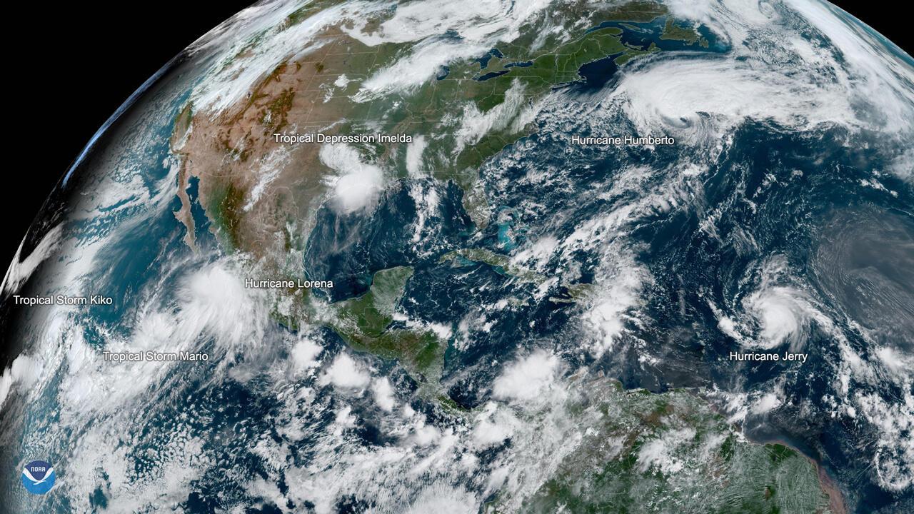 Imagen de la Administración Nacional Oceánica y Atmosférica tomada el 19 de septiembre cuando seis tormentas de diferente fuerza hacen su recorrido por el Atlántico y el Pacífico.