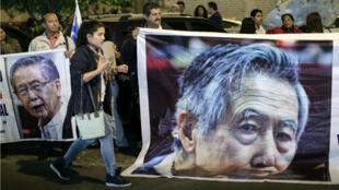 Foto de archivo de personas apoyando al ex presidente peruano Alberto Fujimori a las afueras de la Clínica Centenario en Lima, donde fue admitido, luego de que la justicia le anulara el indulto humanitario que le otorgó en diciembre de 2017 el entonces presidente Pedro Pablo Kuczynski. 03 de octubre de 2018.