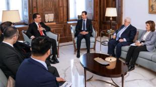Fotografía cedida por la agencia oficial Sana que muestra al presidente sirio, Bachar al Asad, reunido el jueves cuatro de abril con el ministro de Exteriores venezolano, Jorge Arreaza, en el Palacio del Pueblo en Damasco (Siria).