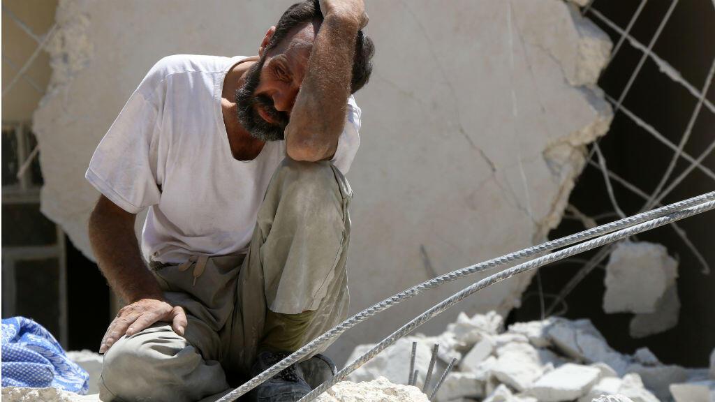 Un homme devant un bâtiment détruit à Alep, le 17 juillet 2016.