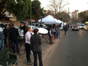 Des journalistes du monde entier s'amassent devant la clinique de Pretoria où est hospitalisé Nelson Mandela.