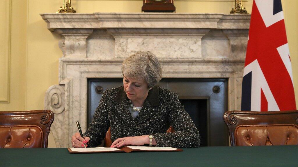 Theresa May a signé la lettre ouvrant la voie au Brexit, le 28 mars 2017.
