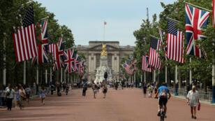 Las banderas de Estados Unidos junto a las de Reino Unido en los alrededores del Palacio de Buckingham para la visita del presidente Donald Trump. 2 de junio de 2019.