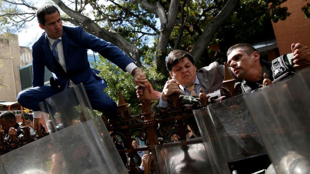 El líder de la oposición venezolana, Juan Guaidó, trepó la valla del edificio de la Asamblea Nacional en Caracas, el 5 de enero de 2020.