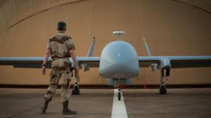 Soldat français devant un drone Harfang sur la base de Niamey, au Niger, le 26 avril 2013
