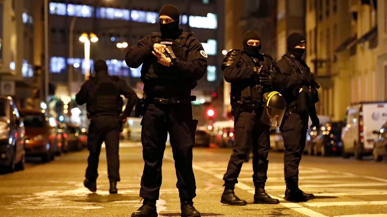 Las fuerzas especiales de la policía francesa aseguran un área durante una operación policial en el distrito de Meinau después del tiroteo mortal en Estrasburgo , Francia, el 13 de diciembre de 2018.
