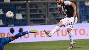 الارجنتيني غونزالو هيغواين يسجل هدف يوفنتوس الثاني في مرمى ساسولو في الدوري الايطالي لكرة القدم في 15 تموز/يوليو 2020