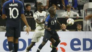 Le défenseur allemand Antonio Rüdiger face au Français N'Golo Kanté.