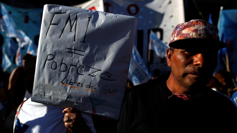 Miles de ciudadanos se manifiestan contra la visita del Fondo Monetario Internacional y la deuda del Gobierno argentino con este organismo, en Buenos Aires, Argentina, el 12 de febrero de 2020.