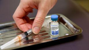 En la clínica de International Community Health Services en Seattle, Washington, EE. UU., 20 de marzo de 2019, se muestra un vial de la vacuna contra el virus del sarampión , las paperas y la rubéola (MMR).