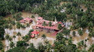 Vista aérea muestra casas e iglesias parcialmente sumergidas en una zona inundada en el estado sureño de Kerala, India. 17 de agosto de 2018.