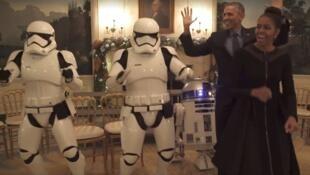Barack et Michelle Obama ont dansé aux côtés de deux Stromtroopers et de RD, le 4 mai 2016.