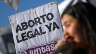 Una mujer grita consignas a las afueras del Congreso argentino durante una manifestación a favor de la legalización del aborto. Buenos Aires, Argentina. 31 de julio de 2018.
