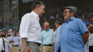"""Le président colombien Juan Manuel Santos et le leader des FARC """"Timochenko"""" ont salué cet accord lors de la cérémonie officielle, mardi 27 juin."""