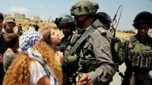 الفتاة الفلسطينية عهد التميمي في مواجهة جنود إسرائيليين في 12 أيار/مايو 2017 في شمال رام الله.